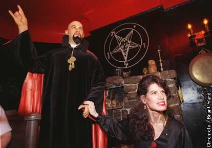 Resultado de imagen para Alaska inicia hallowen con adoracion al diablo